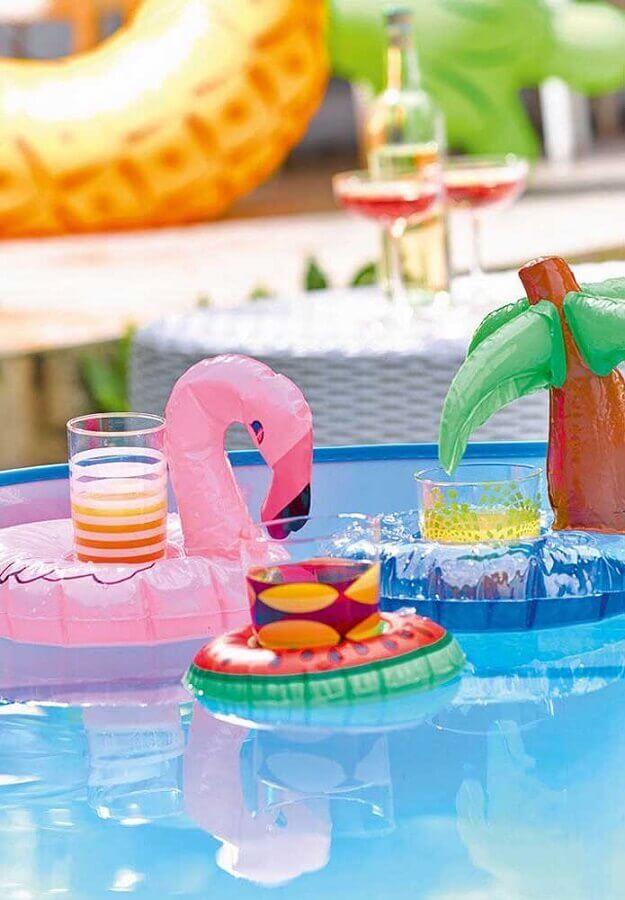 festa na piscina decorada com boias coloridas Foto Pinosy