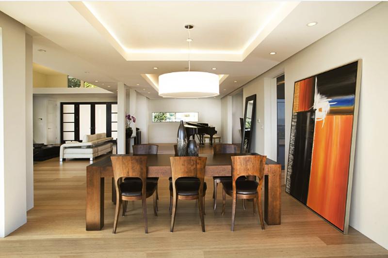 gesso acartonado - sala de jantar com sanca e lustre pendurado