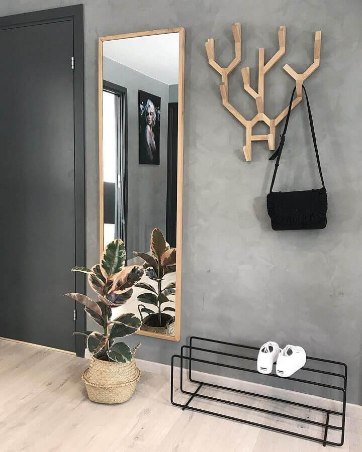 hall moderno decorado com cabideiro de madeira e parede de cimento queimado Foto Pro Handmade