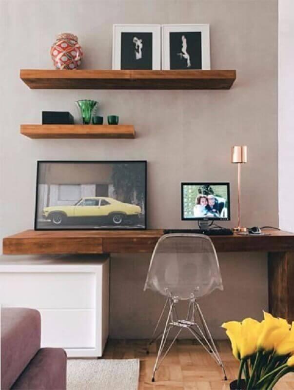 home office decorado com prateleira de madeira Foto Soline Móveis