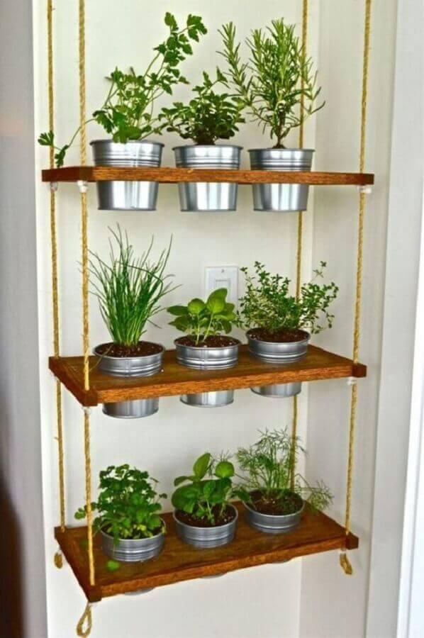 horta vertical com prateleira de madeira Foto Pinterest