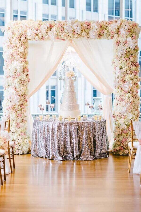 linda decoração para bodas de prata com arco de flores e bolo decorado Foto Inside Weddings
