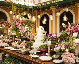 linda mesa de bodas de casamento decorada com muitas rosas e luminárias minimalistas Foto Why Santa Claus