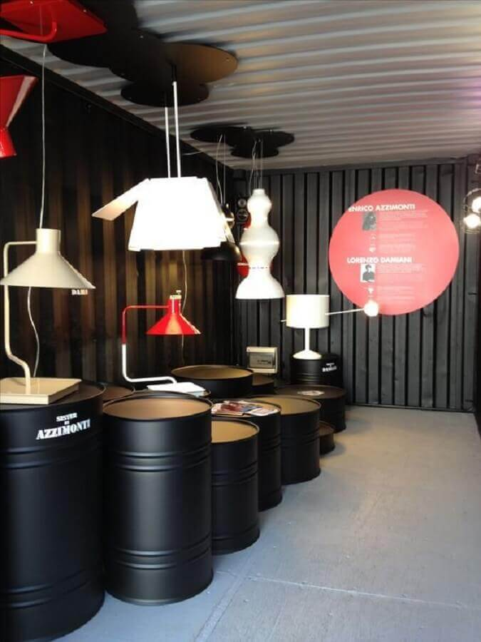 loja decorada com vários tonéis decorativos Foto Yandex