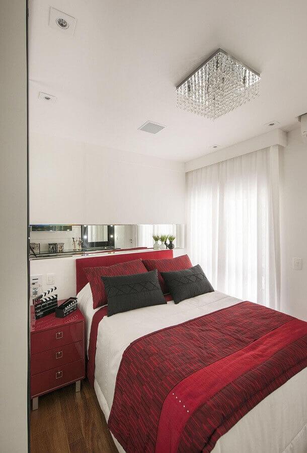 lustre de teto para quarto de casal com detalhes em cristais Foto Érica Salguero