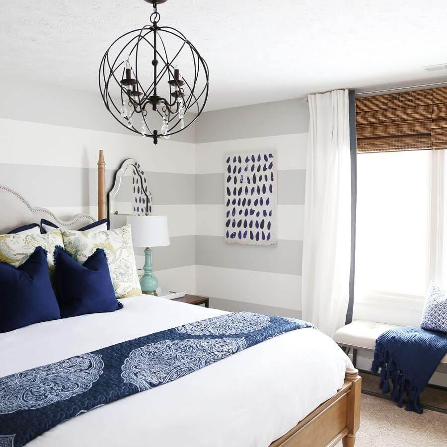 lustre para quarto de casal pequeno decorado com papel de parede listrado Foto Kathy Kuo Home