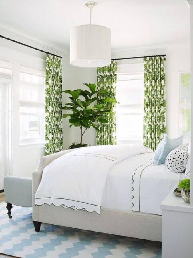 lustre para quarto de casal simples decorado todo branco com detalhes em verde Foto The Everygirl
