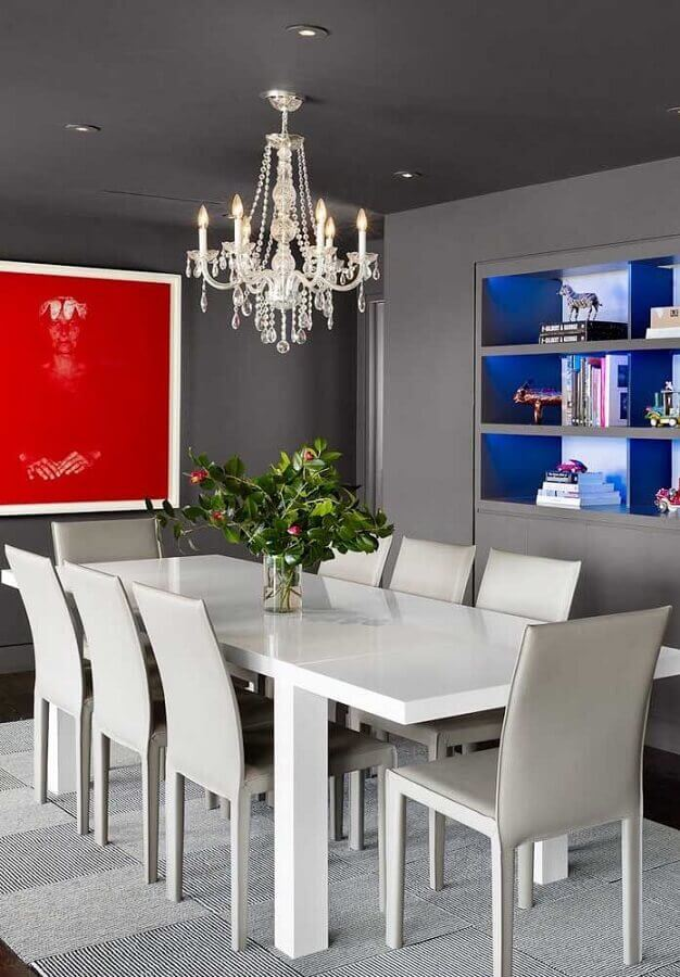 Mesa de jantar moderna com lustre candelabro