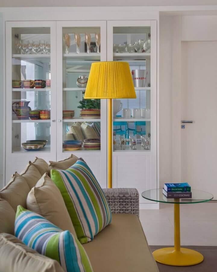móveis planejados para sala toda branca com cristaleira e luminária amarela Foto Babi Teixeira
