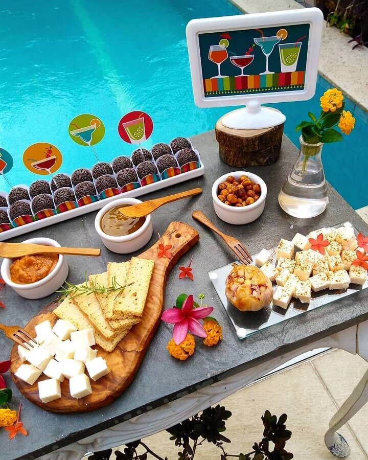 mesa de comidas para festa na piscina Foto Coisas da Bonfa