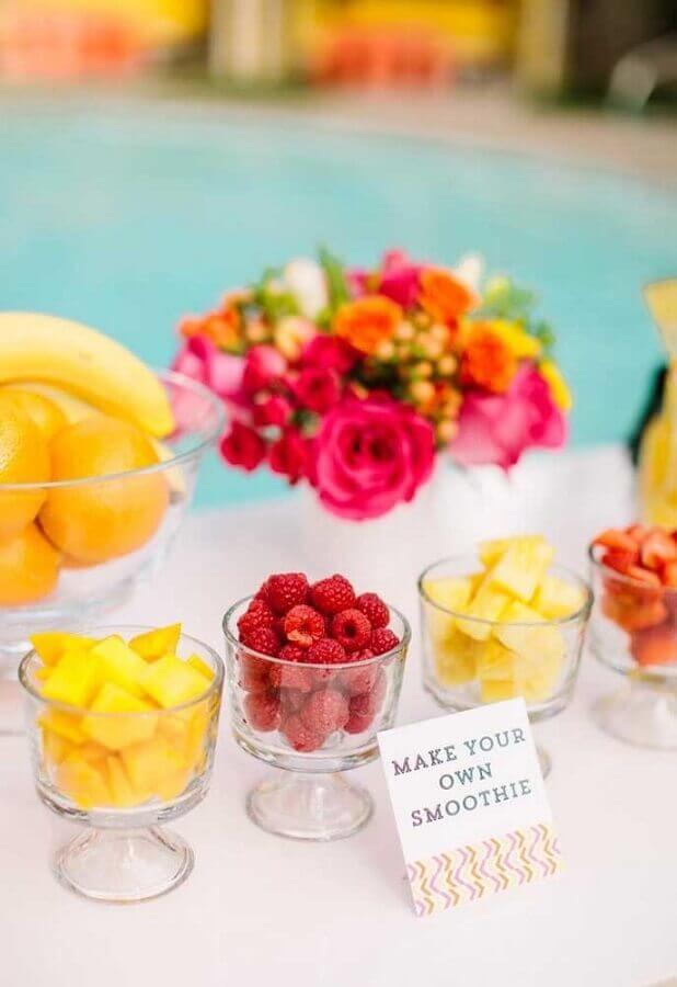 mesa de comidas para festa na piscina decorada com flores Foto Bacuri Festas