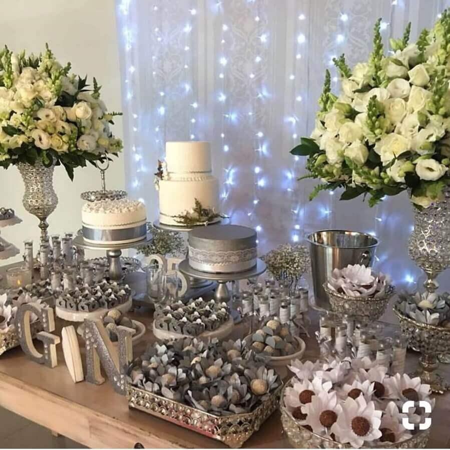 mesa decorada com flores brancas para bodas de prata Foto Decor-Ar