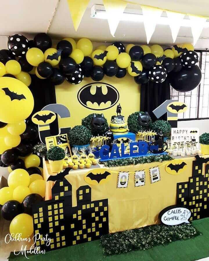 mesa decorada com máscaras para festa de aniversário do batman Foto Children's Party Medellins