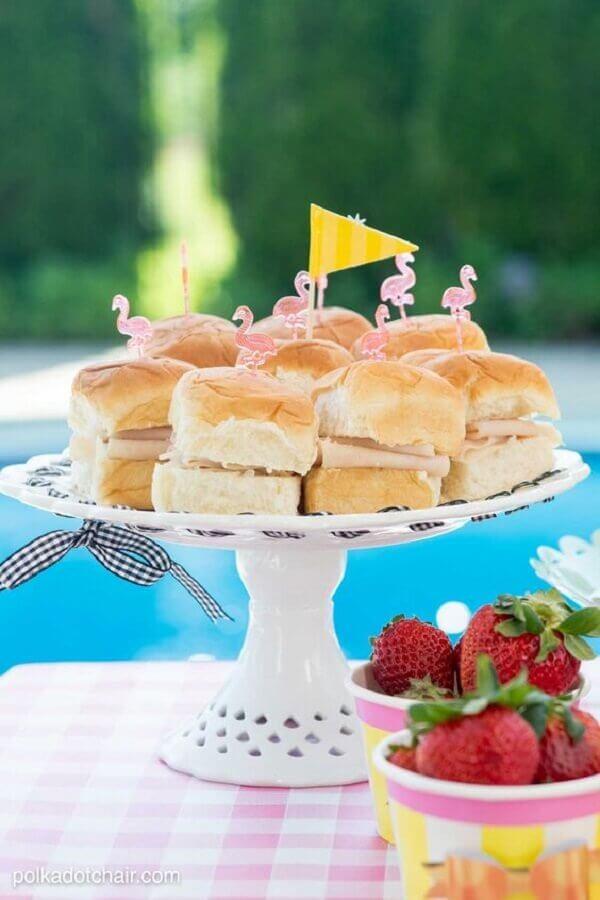mini sanduíches para festa na piscina Foto Marina Novaes