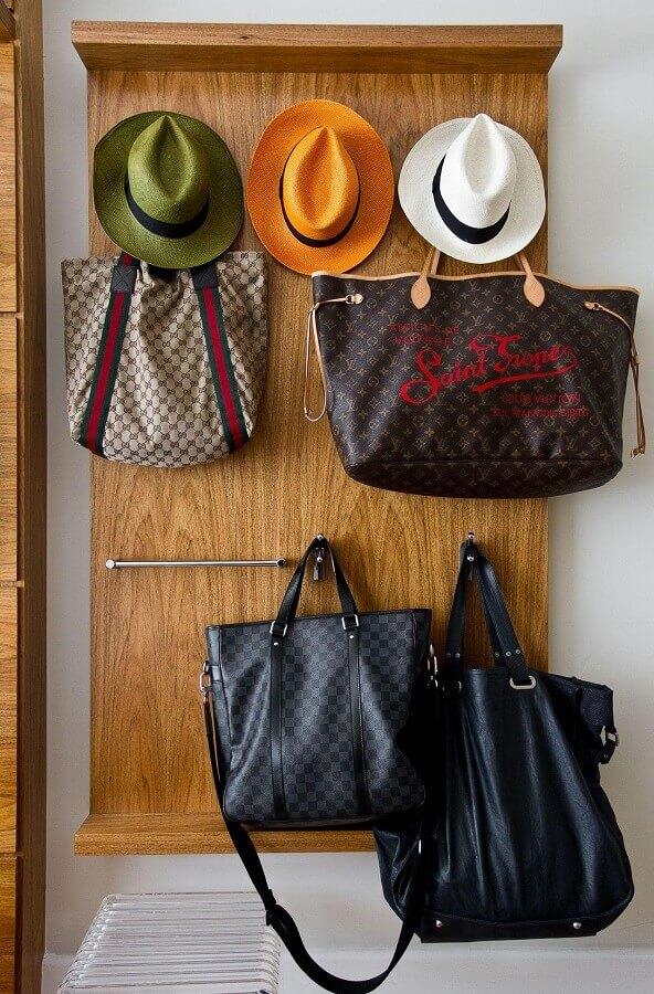 modelo de cabideiro para bolsas e chapéus Foto Oscar Mikail