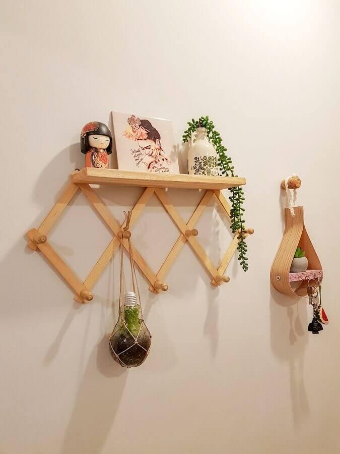 modelo simples de prateleira com cabideiro Foto Mania de Decoração