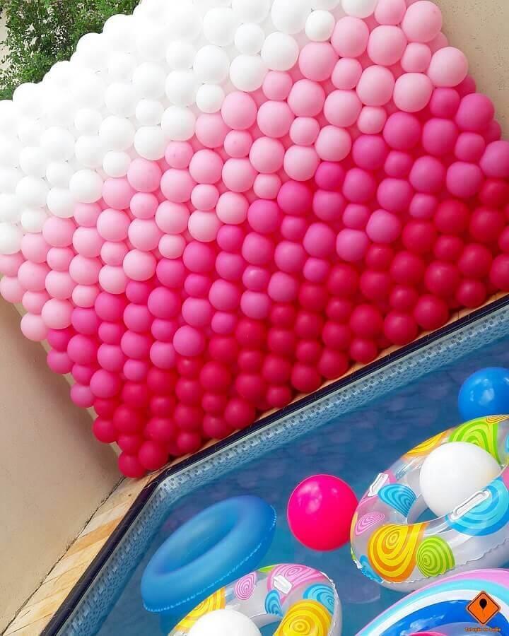 painel de bexigas para festa na piscina Foto Tunico Oliveira e Cris Toledo