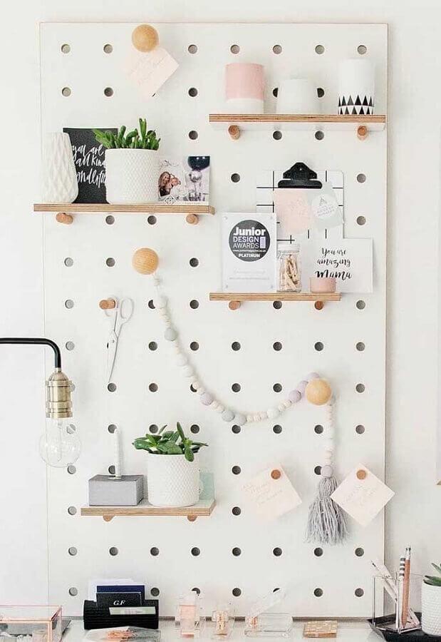 painel decorado com prateleira de madeira Foto Pinosy