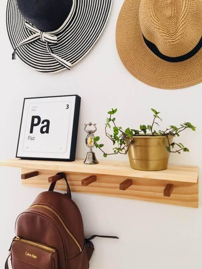 prateleira com cabideiro de madeira decorada com vasinho de plantas Foto DIY Gift Ideas