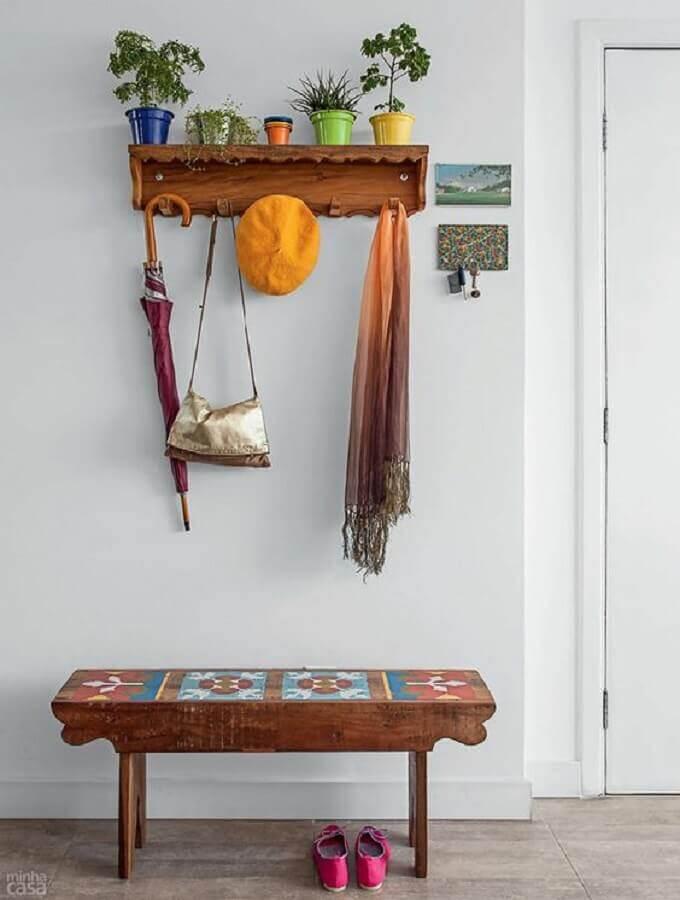 prateleira com cabideiro decorada com vasinhos Foto Arteblog