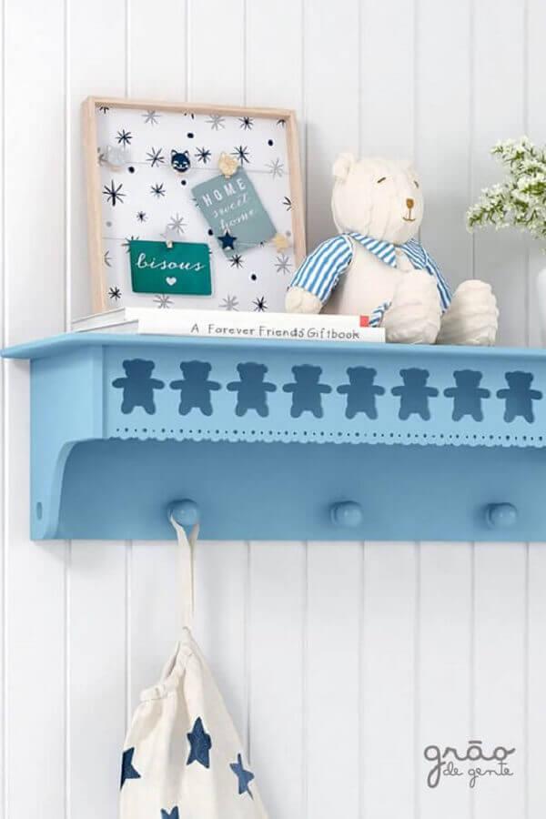 prateleira com cabideiro para quarto de bebê Foto Grão de Gente