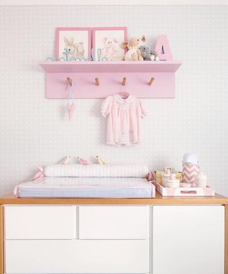 prateleira com cabideiro para quarto de bebê rosa Foto Karen Pisacane