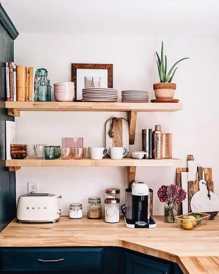 prateleira de madeira para cozinha com armário azul marinho Foto Pinterest