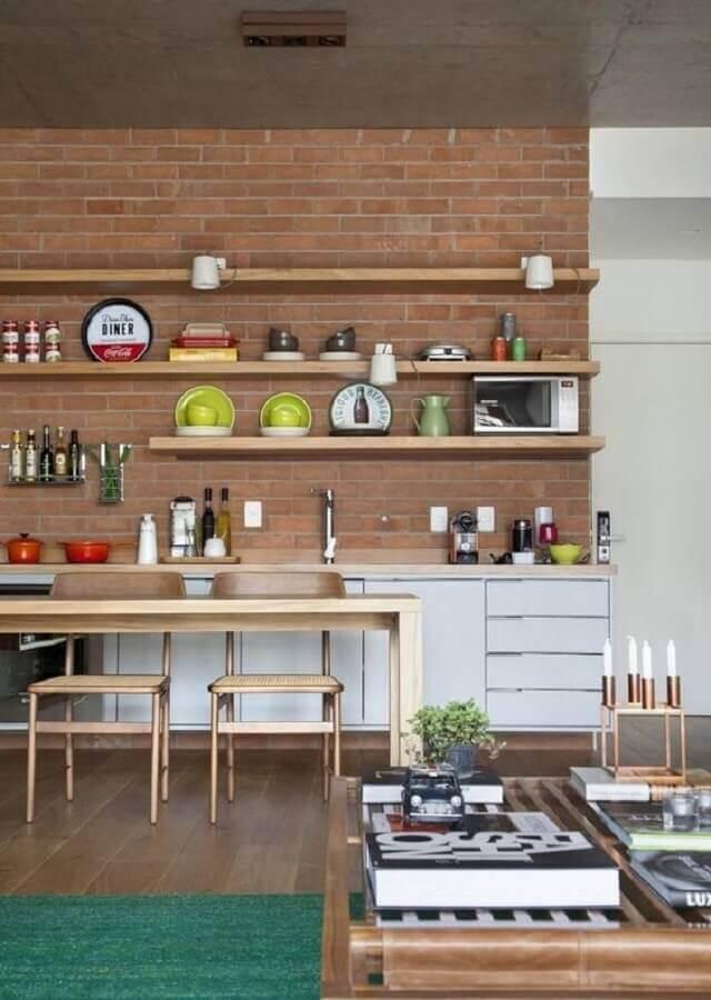 prateleira de madeira para cozinha com parede de tijolinho Foto Dressler Imóveis