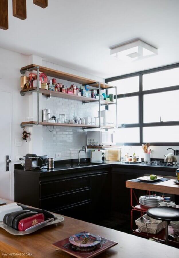 prateleira de madeira para cozinha com subway tile e armário preto Foto Histórias de Casa
