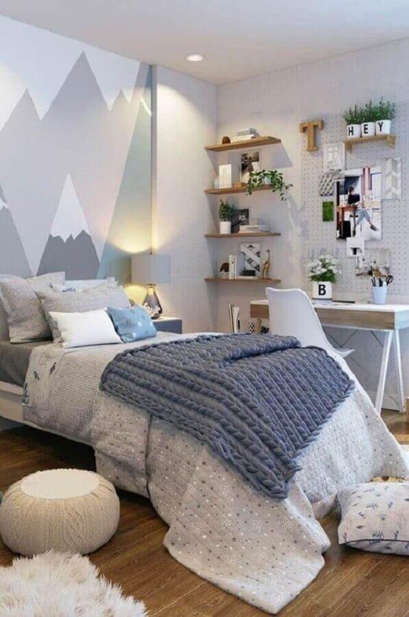 prateleira de madeira para quarto cinza decorado com adesivos de montanhas Foto Pinterest