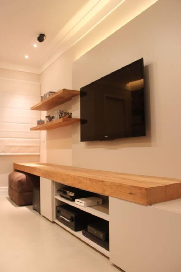 prateleira de madeira para sala decorada em tons neutros Foto Wohndesign Ideen
