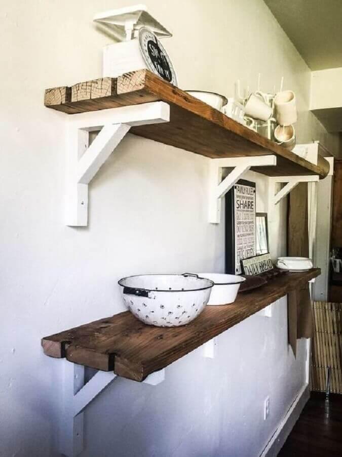 prateleira de madeira rústica com suporte branco Foto Pinosy