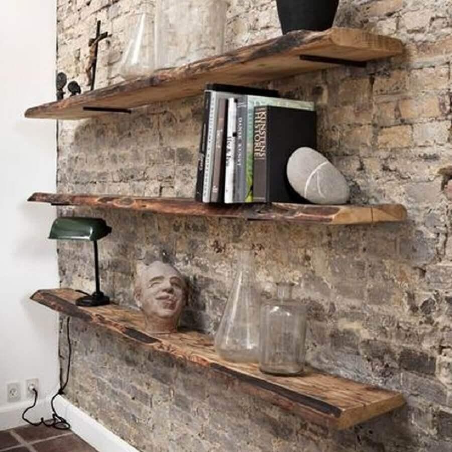 prateleira de madeira rústica para decoração de parede de tijolinho Foto Pinosy