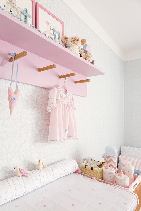 quarto de bebê feminino decorado com prateleira com cabideiro Foto Pinterest