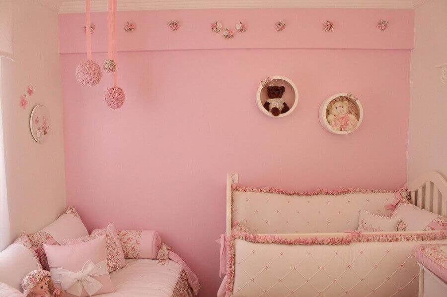 quarto de bebê rosa decorado com nicho redondo branco Foto Fernando de Camargo