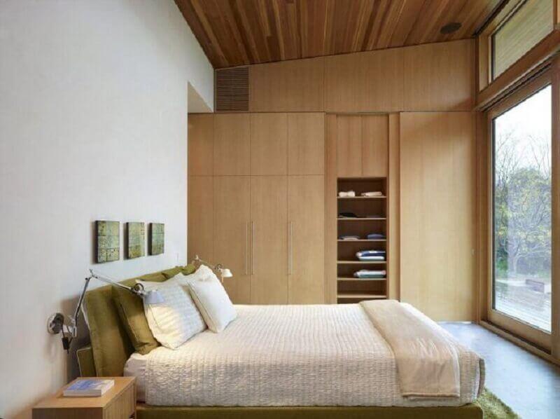 quarto de casal decorado em cores neutras com móveis planejados Foto Mauricio Gebara Arquitetura