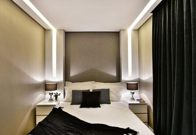 quarto de casal moderno - cama ao lado de abajures marrons e cortina preta