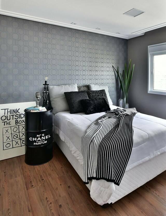 quarto de casal moderno - cama ao lado de planta e barril