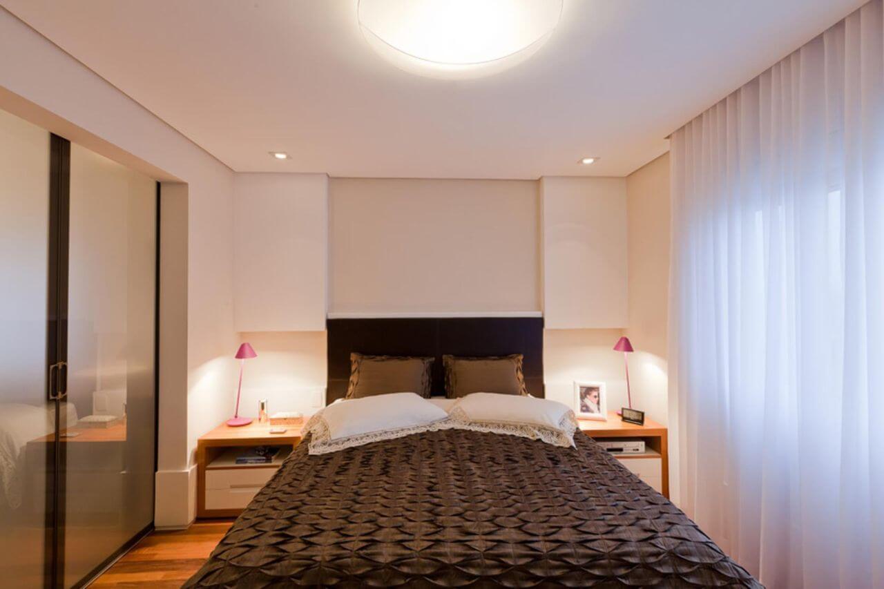 quarto de casal moderno - cama centralizada, com lençois marrons e ao lado de janela com cortina