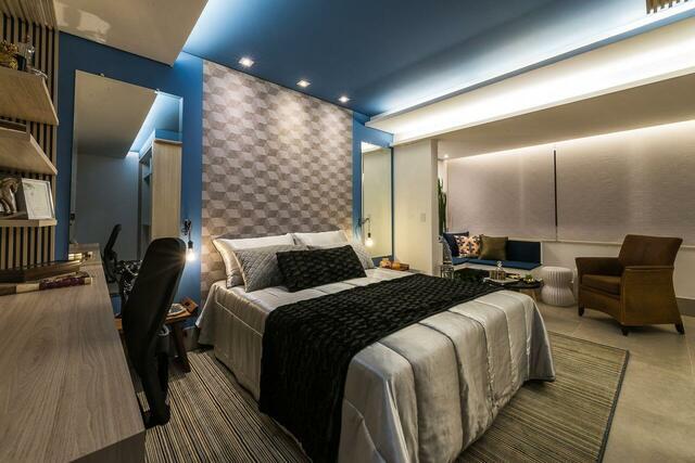quarto de casal moderno - cama centralizada, com lençois prateados, em cima de tapete amarronzado