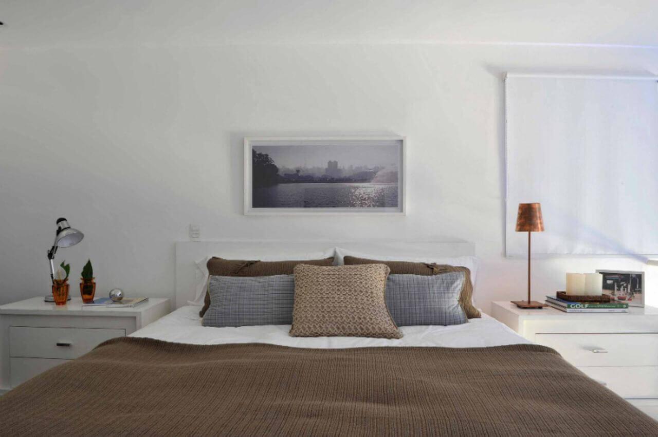 quarto de casal moderno - cama centralizada, em frente à quadro e paisagem com moldura branca