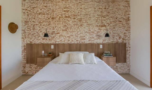 quarto de casal moderno - cama centralizada, em parede de tijolos com cabeceira em madeira