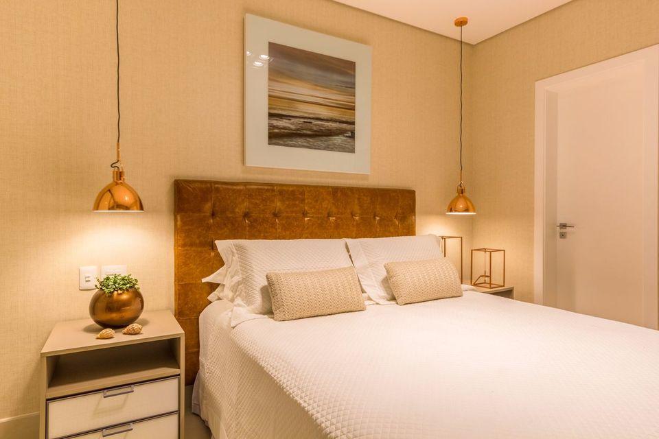 quarto de casal moderno - cama com cabeceira de couro