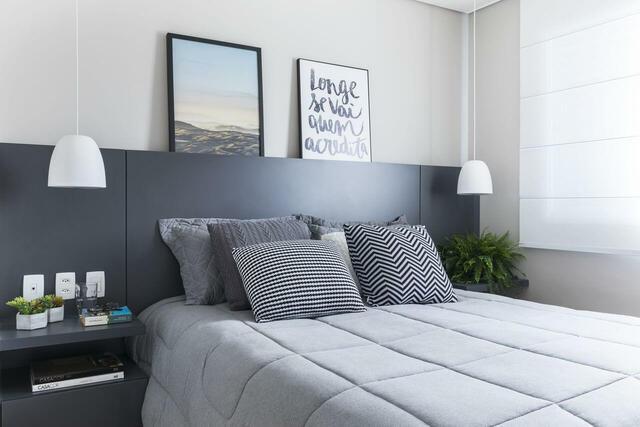 quarto de casal moderno - cama com cabeceira preta e almofadas estampadas