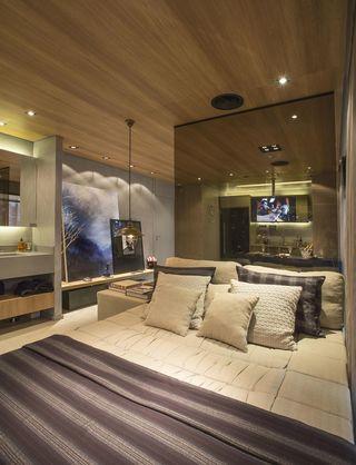 quarto de casal moderno - cama com lençóis listrados e parede de espelho
