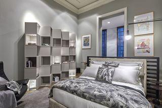 quarto de casal moderno - cama com tons cinza ao lado de nichos