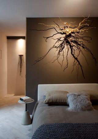 quarto de casal moderno - quarto com obra de arte na parede iluminada