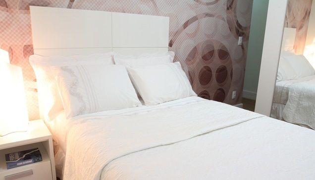 quarto de casal moderno - quarto com papel de parede geométrico e cama e cabeceira branca