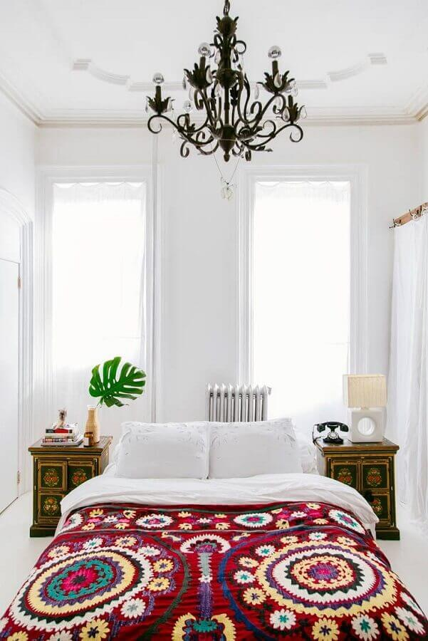 quarto de casal todo branco decorado com candelabro preto Foto Apartment Therapy