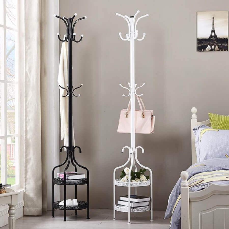 quarto decorado com cabideiro de chão com design retrô Foto Your Bargain Paradise